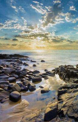 Fototapete Sonnenuntergang am Felsstrand