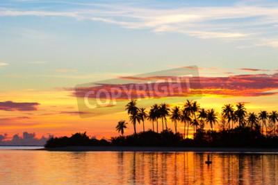 Fototapete Sonnenuntergang am Meer mit dunklen Silhouetten von Palmen und erstaunlichen bewölktem Himmel