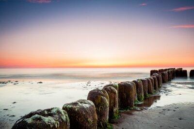 Fototapete Sonnenuntergang an der Ostsee, Blick auf alten Wellenbrecher Pfähle.