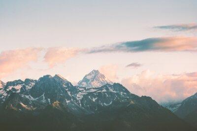 Fototapete Sonnenuntergang Berge Gipfel und Wolken Landschaft Sommer Reise wilde Natur szenische Luftaufnahme.