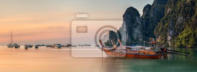 Fototapete Sonnenuntergang mit bunten Himmel und Boot am Strand