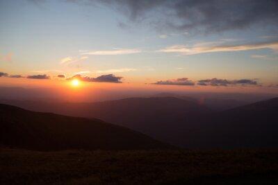 Fototapete Sonnenuntergang oder Sonnenaufgang in den Bergen