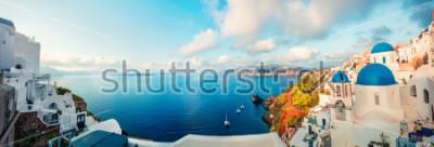 Fototapete Sonniges Morgenpanorama von Santorini-Insel. Bunter Frühlingsansicht-offamous griechischer Erholungsort Fira, Griechenland, Europa. Reisender Konzept Hintergrund. Künstlerischer Stil nachbearbeitetes