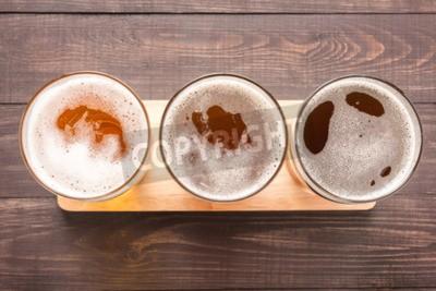 Fototapete Sortiment von Biergläsern auf einem hölzernen Hintergrund. Draufsicht.