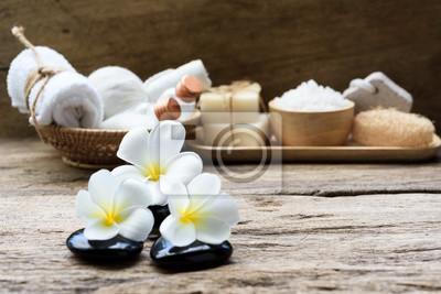 Spa wellness blumen  Spa-wellness-konzept, weiße kerze, milch-seife, salz, handtuch ...