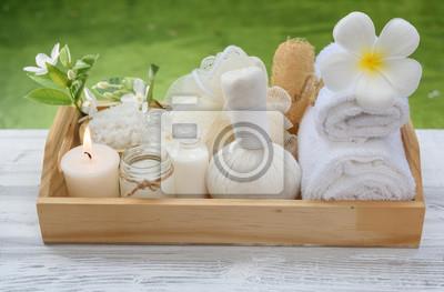 Spa wellness blumen  Spa wellness-konzept, weiße kerze, milchseife, salz, handtuch ...