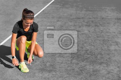 2742a80853165c Fototapete Sport Mädchen immer wieder zu Joggen auf Stadtstraße beginnen  Schnürsenkel von Laufschuhen binden. Aktiver