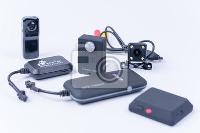 Spy bugs und versteckte kamera isoliert über weiß fototapete ...