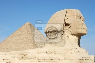 Statue der Sphinx mit Pyramiden von Gizeh im Hintergrund, Ägypten