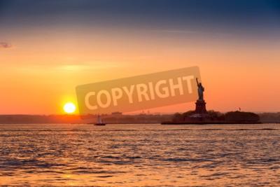 Fototapete Statue of Liberty bei Sonnenuntergang, wie aus Brooklyn New York