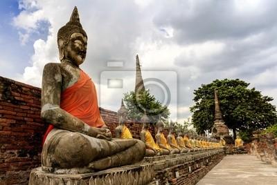 Stein Statue eines Buddha in Wat Yai Chai Mongkhon, Thailand.