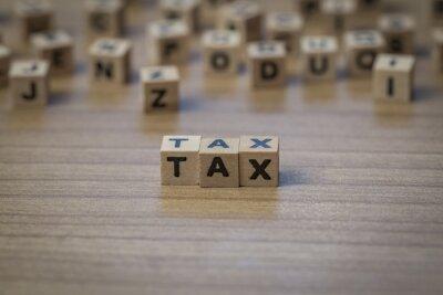 Steuer in Holzwürfel geschrieben