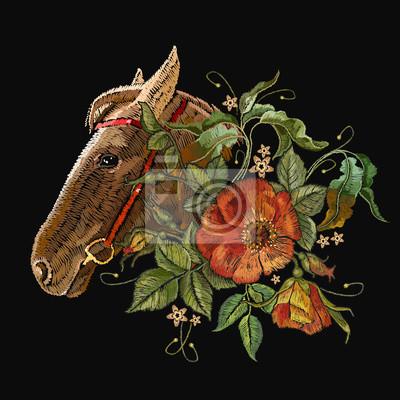 Stickerei pferdekopf und wilde rosen, heckenrose blumen. moderner ...