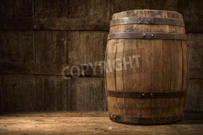 Fototapete Stilleben: alte hölzerne Stift von Bier, ein Glas Bier und Weizen auf dem Tisch im Keller.