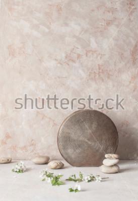 Fototapete Stillleben mit Blumen, Steinen und geprägtem keramischem Vase auf strukturiertem Wandhintergrund in der Wabi-Sabi-Art. Selektiver Fokus