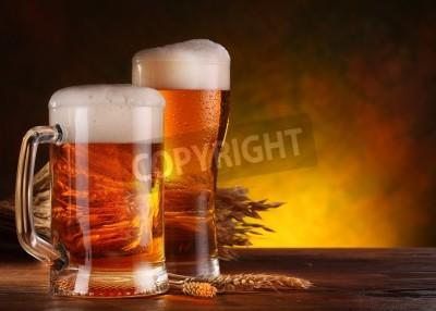 Fototapete Stillleben mit einem frisch gezapften Bier im Glas.