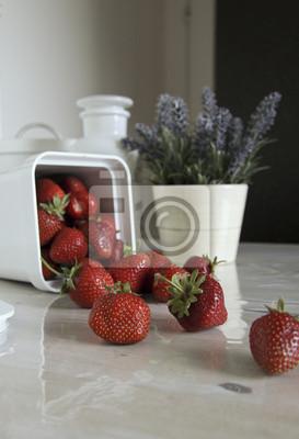 Stillleben mit Erdbeeren und Blumen