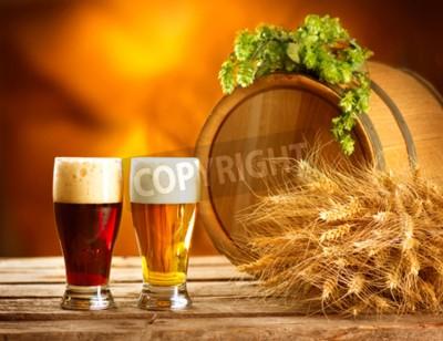 Fototapete Stillleben mit Vintage Bier Fass und zwei Gläser dunkles und helles Bier. Frische Bernstein Bier-Konzept. Grüne Hühneraugen und Weizen auf Holztisch. Zutaten für Brauerei. Brauen traditi