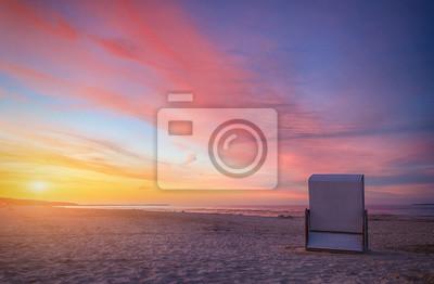 Strandkorb sonnenuntergang  Strandkorb im sonnenuntergang fototapete • fototapeten tour ...