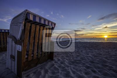 Strandkorb sonnenuntergang  Strandkörbe im sonnenuntergang an der ostsee fototapete ...