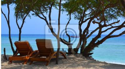 Strandliege / Liegestuhl am Strand nahe dem Meer auf einer Insel. Urlaub ist zum Enttspannen da.