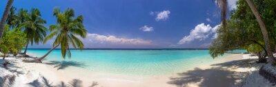 Fototapete Strandpanorama auf den Malediven mit blauem Himmel, Palmen und türkis