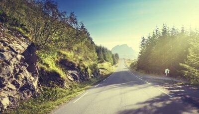 Fototapete Straße in den Bergen, Lofoten Inseln, Norwegen