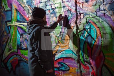 Fototapete Straßenkünstler Der Graffiti Mit Aerosolfarbe Auf Wand Nachts