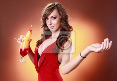 Striking Frau in rot und Tequila Sunrise Cocktail