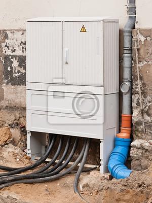 Stromverteilerkasten Und Fallrohr Beim Strassenbau Fototapete