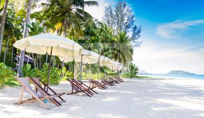 Stühle und Sonnenschirm am herrlichen tropischen Strand, Thailand