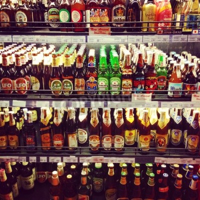 Fototapete Supermarkt-Regale mit leckeren importierten Bieren bestückt