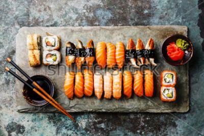 Fototapete Sushi-Set diente auf grauem Steinschiefer auf Metallhintergrund