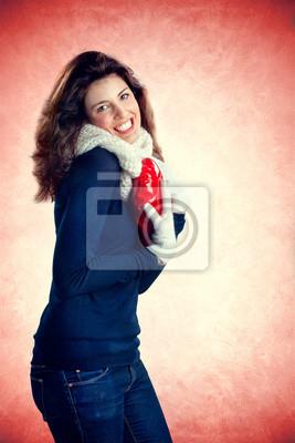 süße Mädchen in der Liebe mit einem roten Herzen