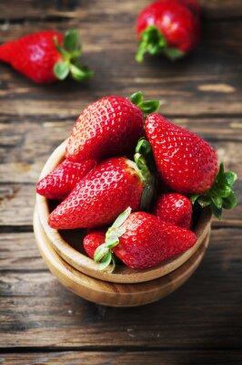 Fototapete Süße rote Erdbeere auf dem Holztisch