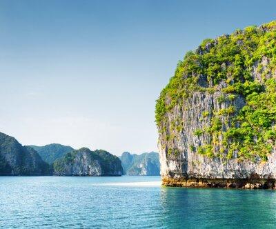 Fototapete Szenische Karst-Turm-Insel in der Ha Long Bay, Vietnam