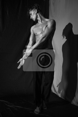 Junge tanzt nackt