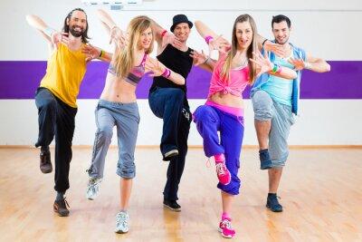 Fototapete Tänzer bei Zumba Fitness-Training im Tanzstudio