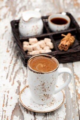 Fototapete Tasse Cappuccino Kaffee auf einem hellen Hintergrund.
