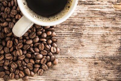 Fototapete Tasse Kaffee und Bohnen auf einem Holztisch