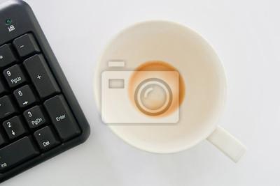 Tasse Kaffee und Computern.