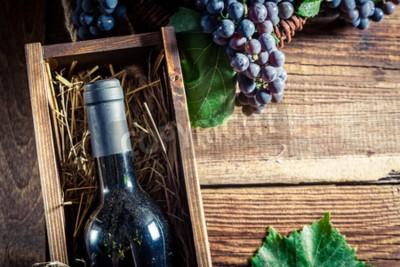 Fototapete Tasty Rotwein in Holzkiste