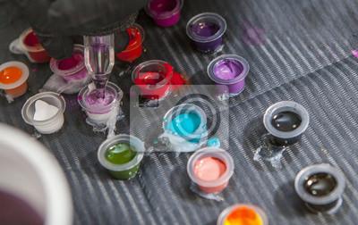 Tattoo Kunstler Mischen Farben In Kleine Tasse Fur Tinte Fototapete