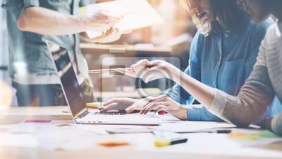 Fototapete Team Brainstorming. Foto junge kreative Manager Mannschaft arbeiten mit neuen Startup-Projekt in modernen Büro. Zeitgenössische Notebook auf Holztisch. Horizontale, Film-Effekt