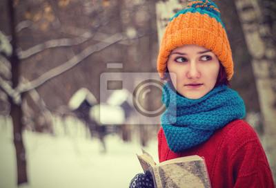 Teenie-Mädchen mit einem Buch