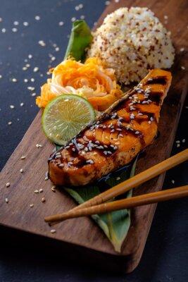 Fototapete Teriyaki Lachs mit Reis auf einer hölzernen Platte