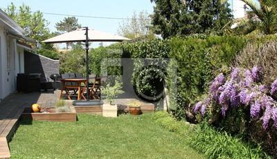 Fototapete: Terrasse en bois exotique und salon de jardin près dune hayie