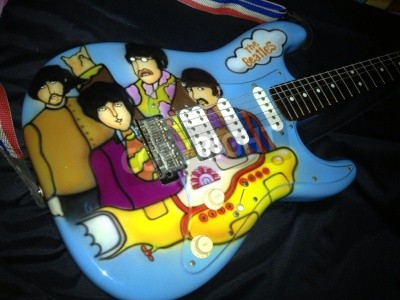 Fototapete The Beatles Yellow Submarine theme airbrushed on a stratocaster guitar