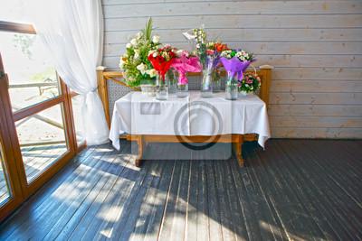 Tisch Mit Strausse Von Zierblumen Am Fenster Blumen In Vasen