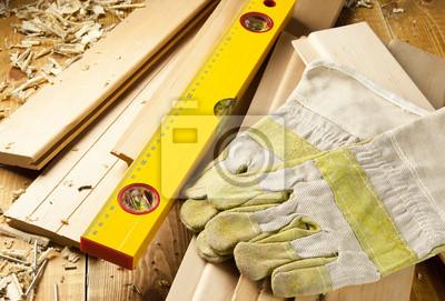 Tischler Ebene, Nägel und Arbeitshandschuhe sind auf einem hölzernen Planken